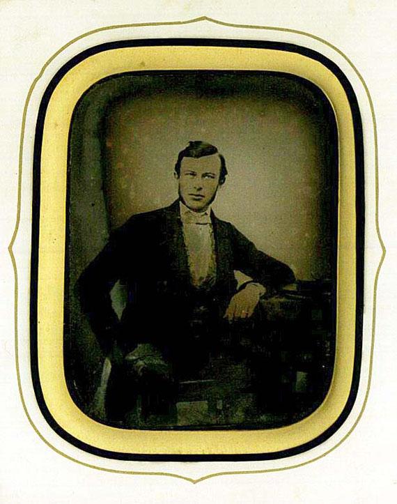 Fotografie - 1 Daguerreotypie. Männerportrait. 1861. Richtig: Ambrotypie
