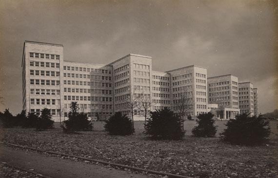 IG Farbenindustrie - IG Farbenindustrie, Mappe mit 13 Fotografien. 1930.